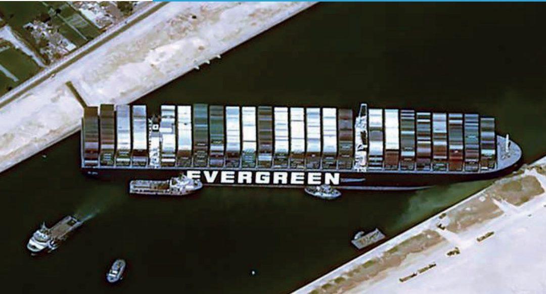 Le navire EVER GIVEN risque de bloquer le canal de Suez pendant plusieurs semaines